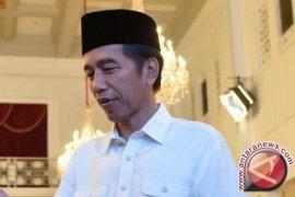Presiden Joko Widodo bagi-bagi buku di Cipanas