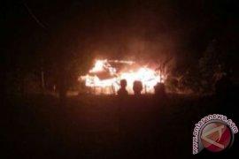 Polisi di Muntok Bantu Tangani Rumah Terbakar