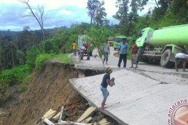 Ruas Jalan Sangatta-Berau Nyaris Terputus Akibat Longsor