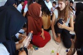 Mahasiswa Asing Ajari Siswa Mengolah Barang Bekas