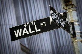 Wall Street turun di tengah data ekonomi beragam