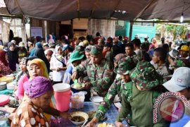 Personel TMMD Makan Patita Usai Pengecoran Masjid