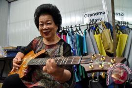 Mary Ho, gitaris nenek-nenek yang hebohkan YouTube