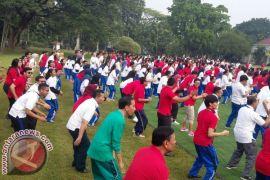 Bersama Mahasiswa Jokowi Senam di Istana Bogor (Video)