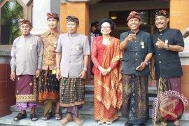 Enam Seniman Bali Menerima Penghargaan Dharma Kusuma