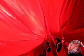 Warga Bukittinggi bentangkan bendera Merah Putih satu kilometer