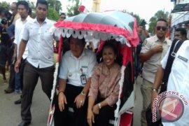 Menteri BUMN Awali Kunjungan di Haltim Naik Bentor