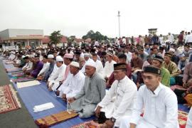 Umat Muslim Sholat di Bandara Pangsuma Putussibau