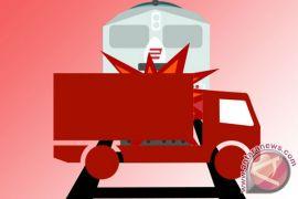 Kereta sambar truk boks, penumpang KRL Senen dialihkan