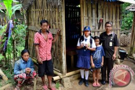 Gubernur Pastika Kirimkan Bantuan Keluarga Kurang Mampu