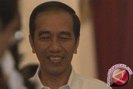 Presiden Jokowi ajak cucu naik kereta mainan
