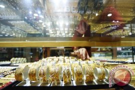 Emas berjangka lebih rendah tertekan meningkatnya pasar saham AS