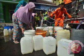 Kekeringan, warga Indramayu berebut air bersih bantuan kepolisian
