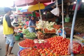 Pedagang sayuran di Ambon menaikan harga