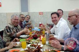 Mendag ajak Menteri Australia makan seafood pinggir jalan