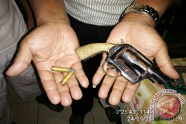 Tersangka Tindak Pidana Narkotika Simpan Senpi Rakitan