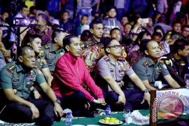 Panglima TNI dan Presiden Jokowi serius  nonton film G-30S/PKI