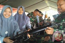 Pelajar padati pameran alutsista Kodim Aceh Barat