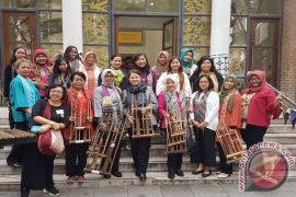 Ansemble angklung tampilkan Yesterday