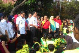 Anies-Sandi kunjungi murid SD yang mengungsi