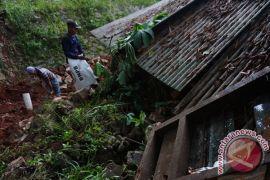 Dua orang tertimbun longsor Kulon Progo