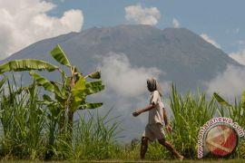 Warga sekitar Gunung Agung masih bertahan di pengungsian