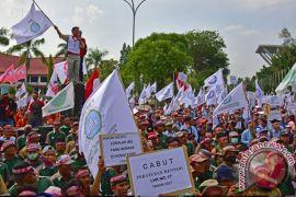 Ribuan pekerja RAPP aksi tolak Permen LHK