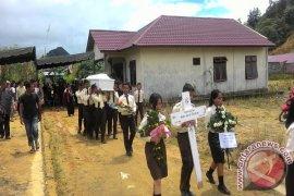 Ester Dikebumikan Teman Satu Sekolah Angkat Peti Jenazah