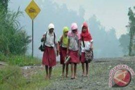 Tidak Ada Transportasi, Siswa SD Ini Rutin Berjalan Kaki 10 Kilometer