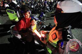 Satlantas Cianjur bagikan helm saat Operasi Zebra
