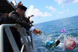 Pemkab MTB Upacara Tabur Bunga di Laut