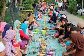 Warga Pontianak Makan Saprahan Lestarikan Budaya Robo-robo