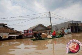 Basarnas Evakuasi Satu Keluarga Terjebak Banjir