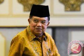 Warga Makassar antre sejak dini hari di kediaman wapres
