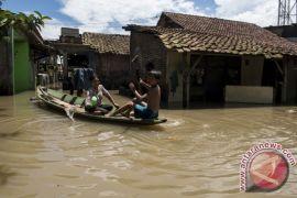 Satu keluarga terjebak banjir di Bandung akhirnya diselamatkan