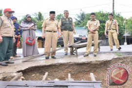 Tepi Jalan Longsor Pemkab HSS Surati Pusat