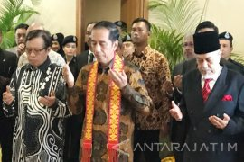 Jokowi Tiba di Kuching Disambut Adat Borneo (Video)