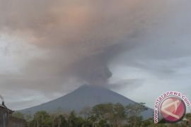 Kubah lava Gunung Agung naik tipis