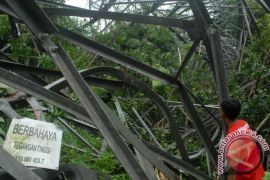 Menara SUTT di Cijarian Sukabumi roboh