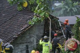 Proses evakuasi korban longsor Yogyakarta dihentikan sementara