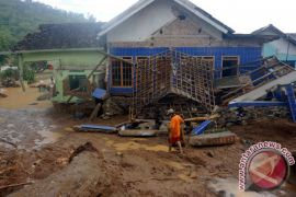 Warga swadaya lakukan pencarian korban longsor di Pacitan