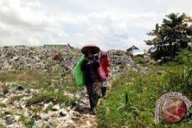 Satu Keluarga Nekad Tutup Jalan TPA Basirih