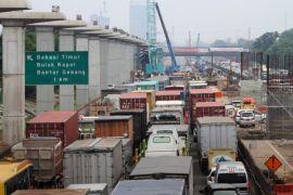 Petugas masih evakuasi crane roboh di jalur Jakarta-Cikampek