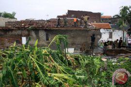 Rumah dihuni lansia di Sukabumi ambruk disapu puting beliung