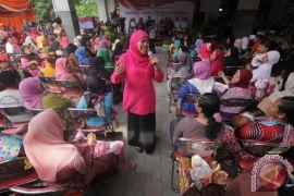 Mensos membagikan PKH dan BPNT tahap akhir di Yogyakarta