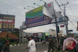 Pemkot Pangkalpinang Tertibkan Baliho Menjelang Pilkada