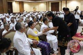 """Bupati Badung Berikan """"Punia"""" Bulanan kepada Pendeta Hindu"""