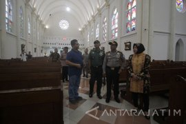 Risma Tinjau Sterilisasi Gereja di Surabaya