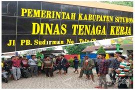 Puluhan Karyawan Perusahaan di Situbondo Tuntut Gaji Sesuai UMK (Video)
