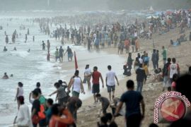 Ribuan pengunjung padati Pantai Sasak Pasaman Barat